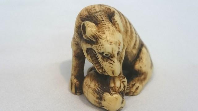 象牙 根付 置物 狼と猿 時代物 和装小物 重さ約21.5g